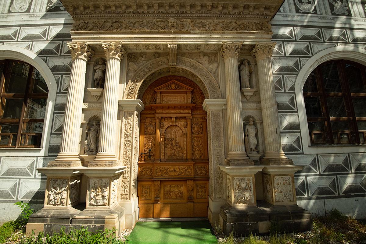 old door-architecture-photo